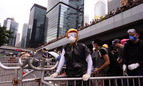 Vrije u Hong Kongu: Prosvjednici krenuli na zgradu parlamenta, policija uzvratila suzavcem i pendrecima