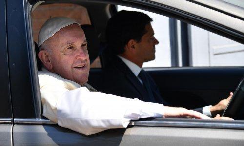 Papa Franjo optužuje kritičare da mu zabijaju nož u leđa