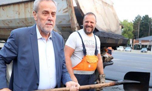 [FOTO/VIDEO] Unatoč nagađanjima o ostavci Milan Bandić i dalje 'dela'; sada se ulovio lopate