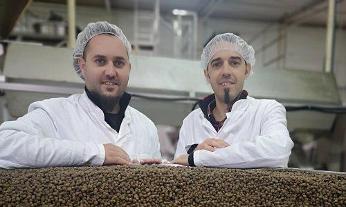 Braća Falamić iz Rakitovice prvi na svijetu proizvode hranu za pse s konopljom, a narudžbe pljušte sa svih strana