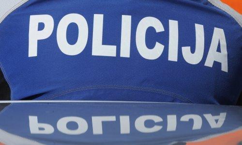 Troje razbojnika krali drva na šljunčari; ciglom razbili vozilo i napali radnike