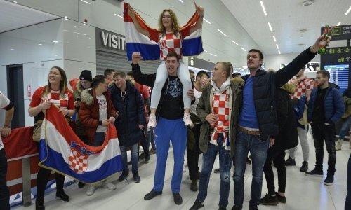 Srebrne rukometaše pjesmom dočekale stotine navijača, kako će tek biti u ponedjeljak na zagrebačkim ulicama