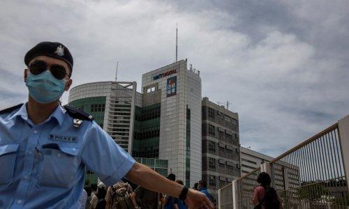 Hong Kong: Novine prkose Pekingu nakon uhićenja njihovog vlasnika