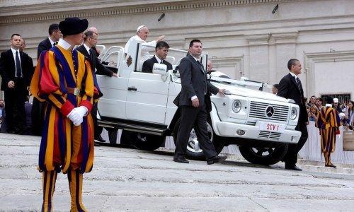 Papa 'provozao' djecu migranata Trgom sv. Petra u papamobilu