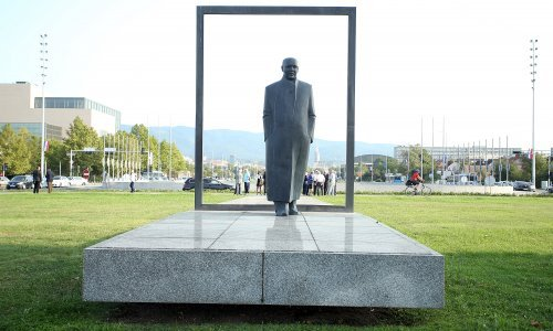 Vandali nacrtali kukasti križ na spomenik Većeslava Holjevca