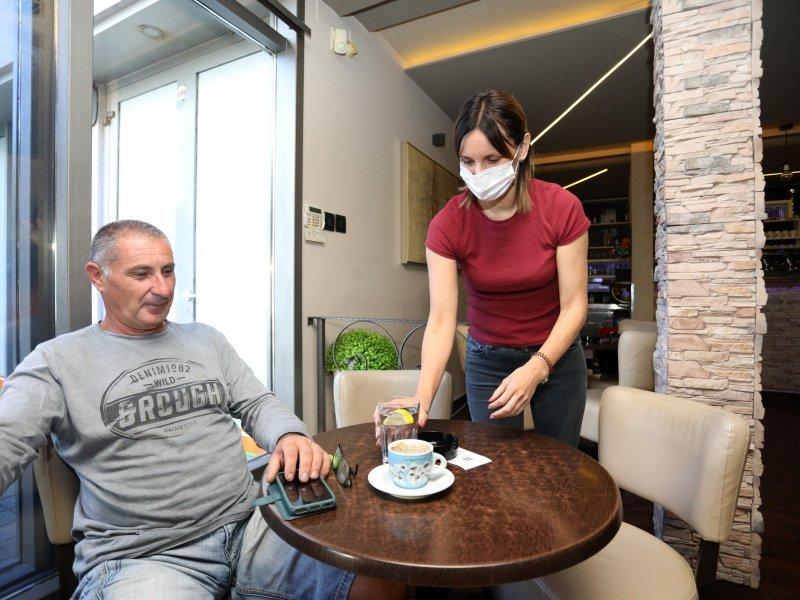 [FOTO] Nakon devet mjeseci gosti ponovno i u unutrašnjosti kafića. Pogledajte kako je to izgledalo jutros u Šibeniku