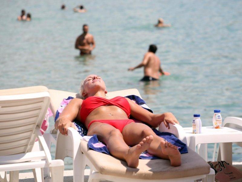 Turisti preplavili plažu Bačvice tražeći osvježenje