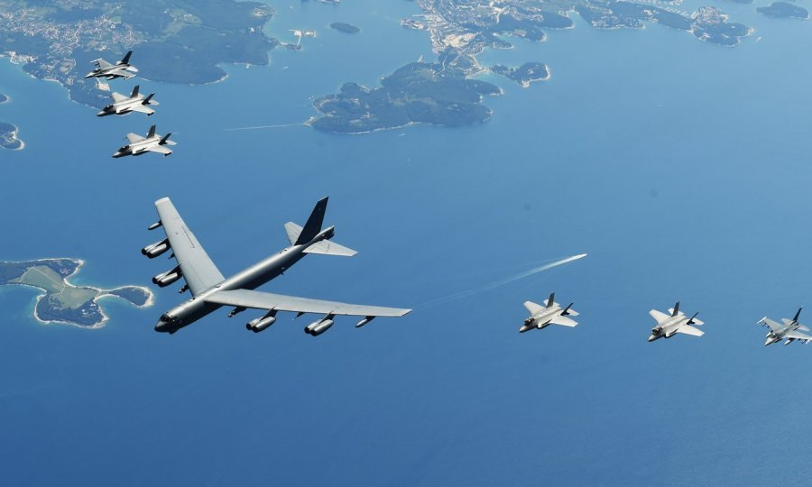 Strateški bombarder B-52 u niskom letu iznad Pule i Istre - Page 2 1005624