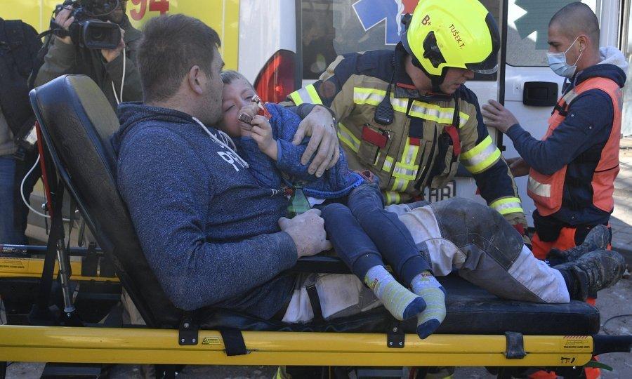 Ispod ruševina u Petrinji izvučeni otac i sin; prevezeni su u bolnicu -  tportal