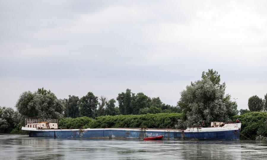 Vatrogasci od jutra spašavaju brod na Savi u Zagrebu