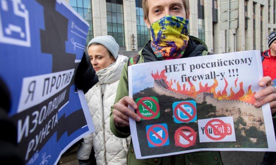 Na nedavnim demonstracijama protiv namjere ruskih vlasti da se isključe sa svjetskog interneta protestiralo je oko 15.000 Rusa