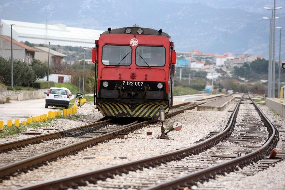 Putnički vlak na relaciji Kaštel Stari-Split izletio je van tračnica