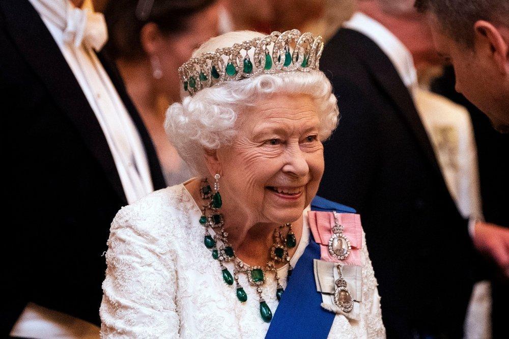 MOŽE POMOĆI U OTKLANJANJU DEZINFORMACIJA! Britanska vlada razmatra da pozove kraljicu Elizabetu II da na njoj testiraju vakcinu protiv korone