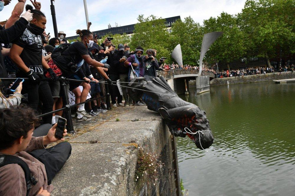 VIDEO] Pogledajte kako britanski prosvjednici protiv rasizma ruše kip  kontroverznog političara i trgovca robljem - tportal