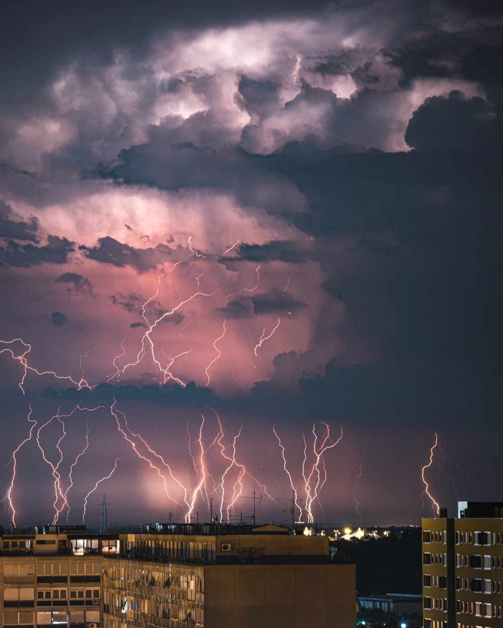 ŠTA SE ZAPRAVO DOGODILO? Nebo nad Zagrebom u srijedu navečer bilo je prošarano munjama, a niti je grmjelo, niti je padala kiša