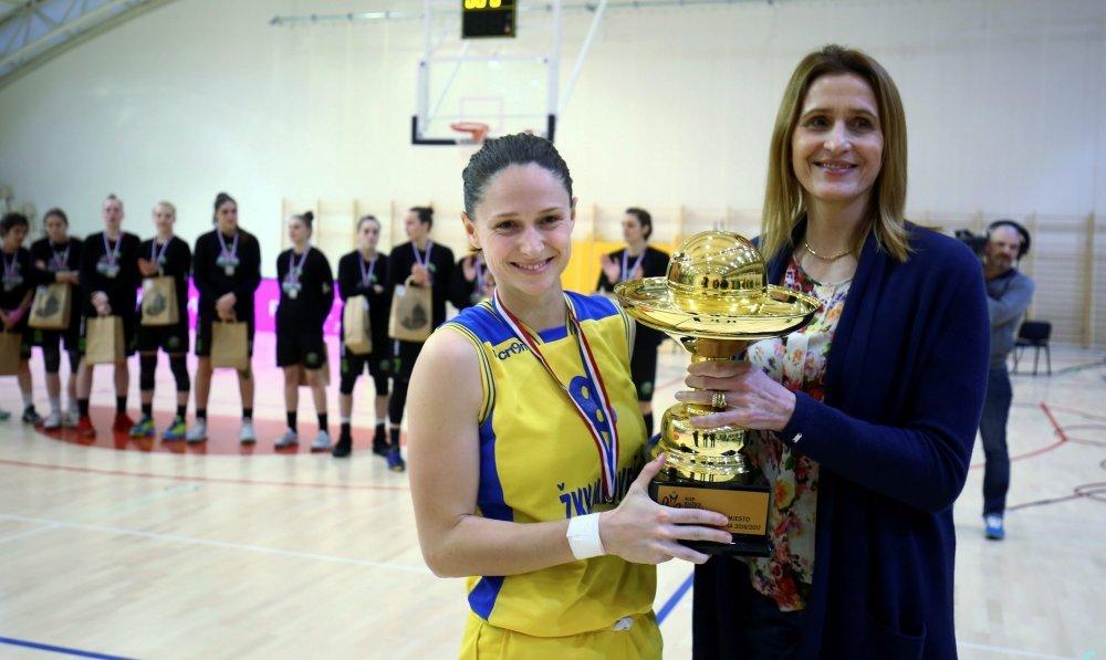 Iva Borović prima pehar od Danire Nakić