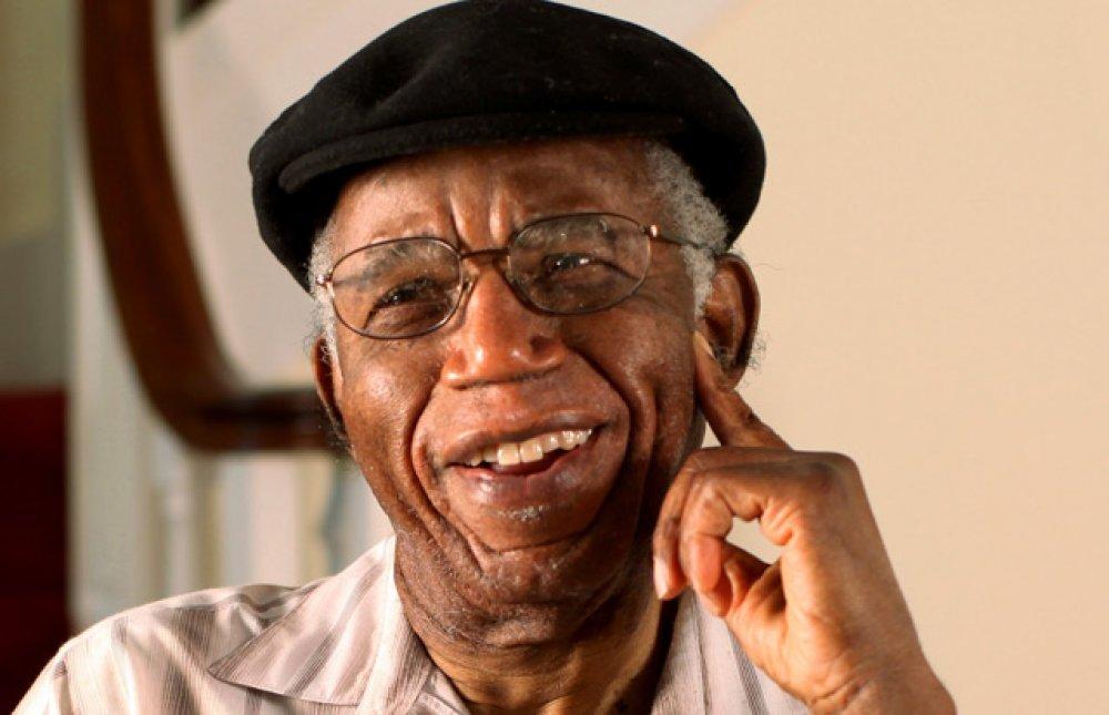 Izlazi sa starijim nigerijskim muškarcem