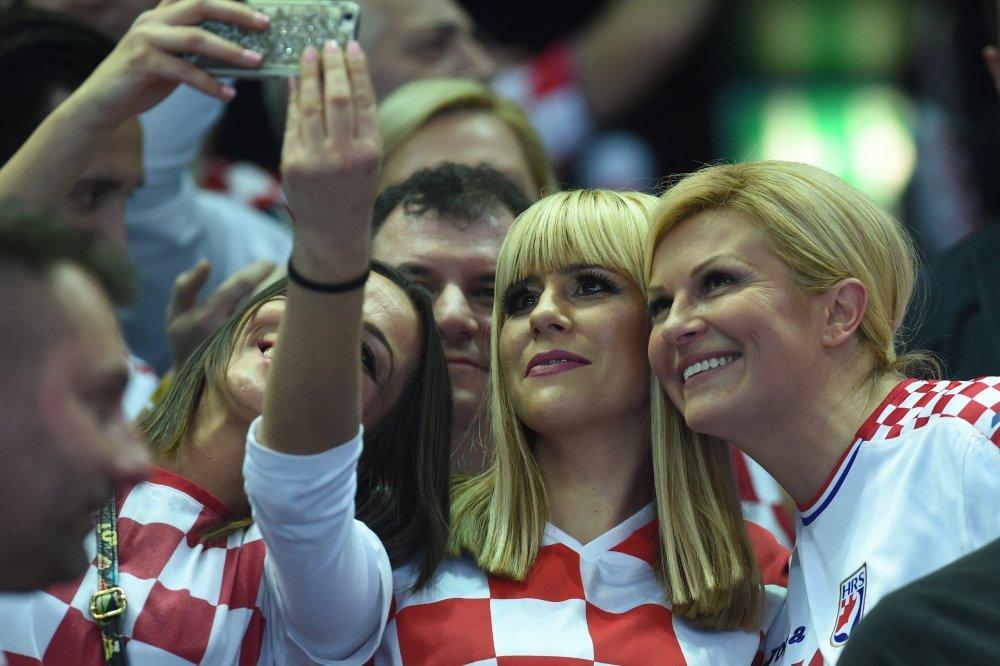 Predsjednica se rado fotografirala s okupljenim navijačima