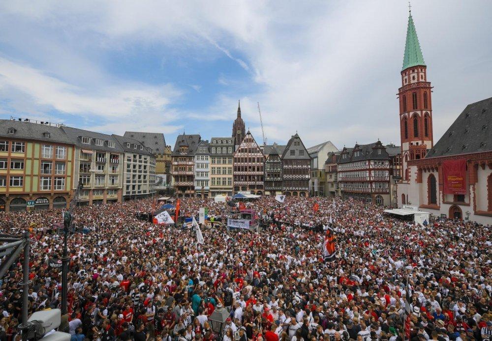 Niko Kovač pred prepunim trgom navijača podigao trofej njemačkog kupa
