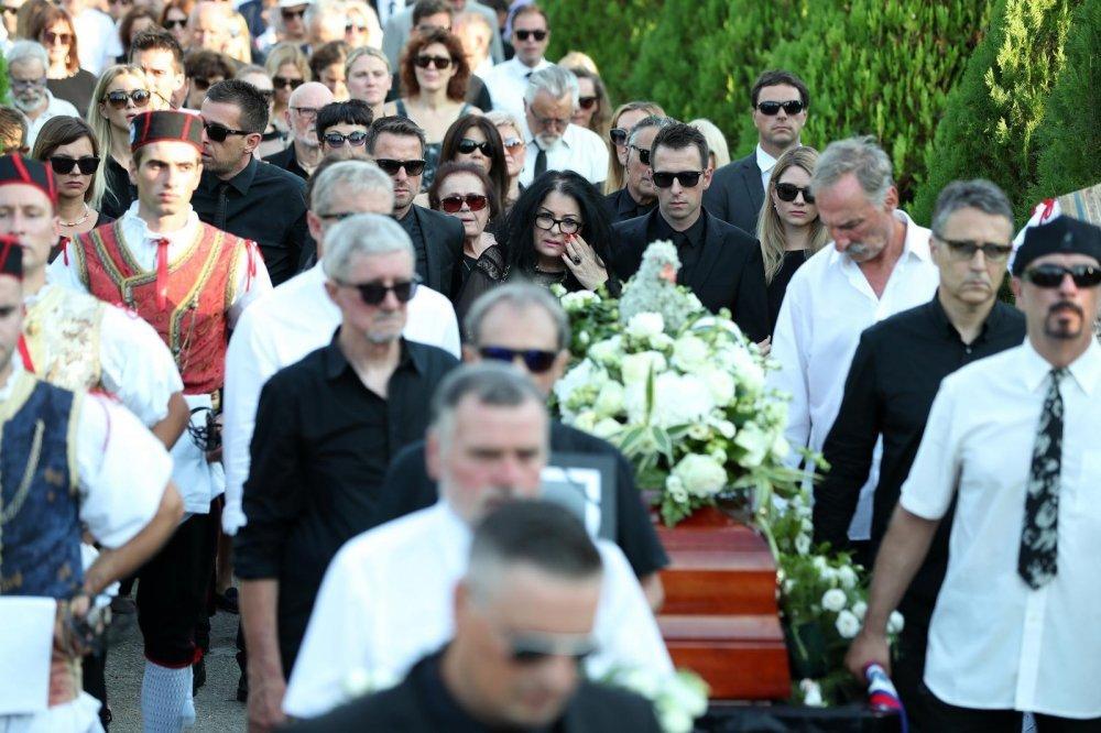 Obitelj, prijatelji, suradnici i obožavatelji na groblju Sv. Roka ispratili su Olivera Dragojevića na vječni počinak.