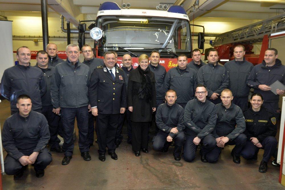 Predsjednica s vatrogascima u Savskoj