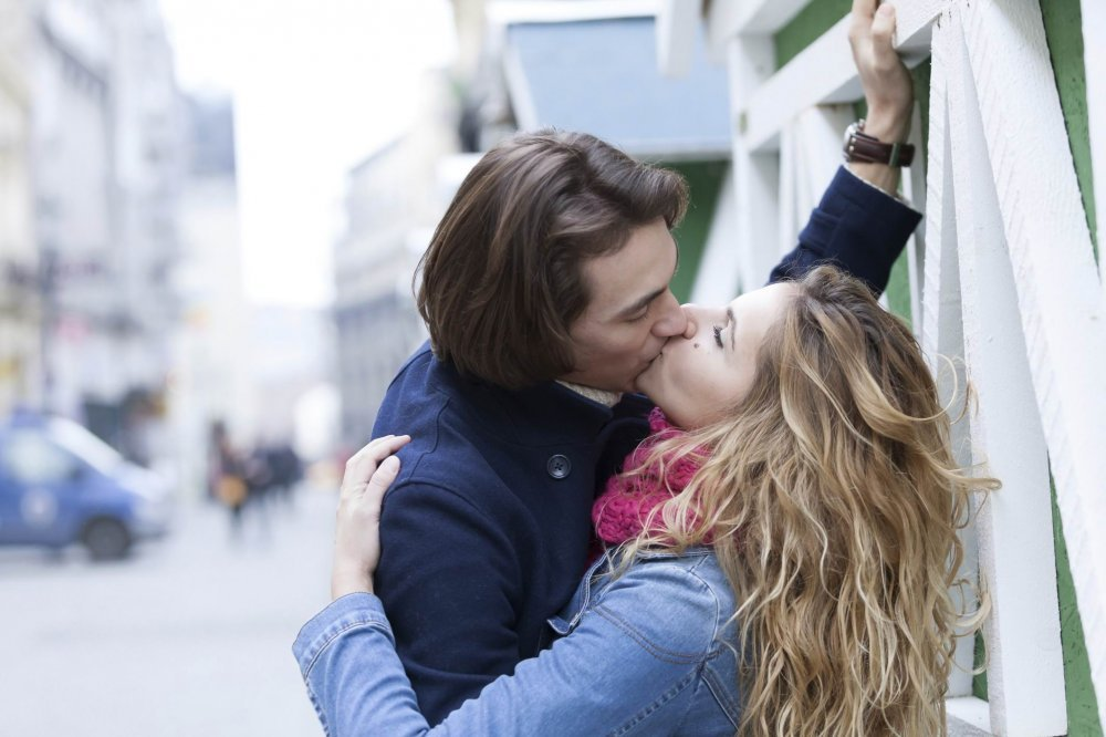 kako navesti djevojku da te poljubi bez izlaska