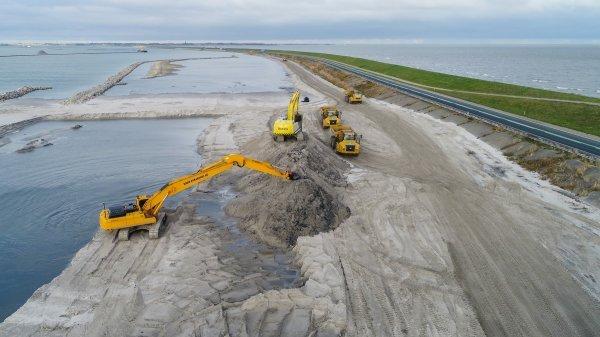 Nasipavanje 10 milijuna kubičnih metara pijeska na branu Houtribdijk pored Enkhuizena u sjevernoj Nizozemskoj