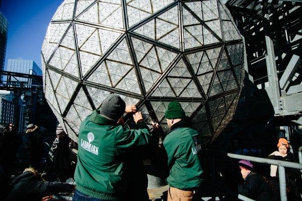 Kristalna vremenska kugla vedrine američko je čudo irskih majstora iz njujorške tvrtke Focus Lighting
