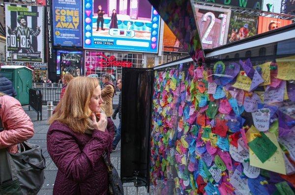 Tisuće papirića sa željama skupljaju se uoči Nove godine na Times Squareu u New Yorku, a s milijunima konfeta bit će izbačeni na Novu godinu