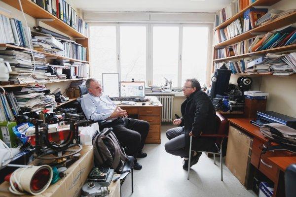 Voditelj laboratorija Mile Ivanda u razgovoru s Mladenom Smrekarom