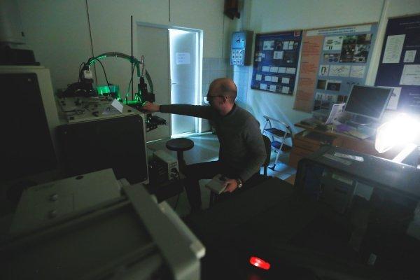 Vlatko Gašparić podešava Ramanov spektrometar