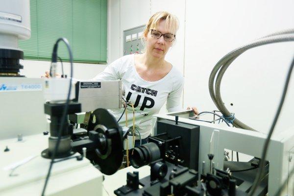 Lara Mikac priprema SERS eksperiment