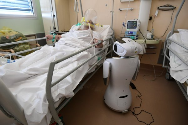 Roboti na prvoj liniji protiv koronavirusa: Mjere temperaturu, uzimaju brisove, održavaju red i rade na blagajnama