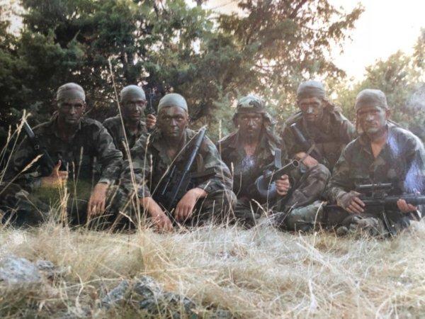 Neven Klapež zvani Falco (treći desno) , pripadnik Druge bojne 4. gardijske brigade, logoraš i veteran Oluje sa suborcima