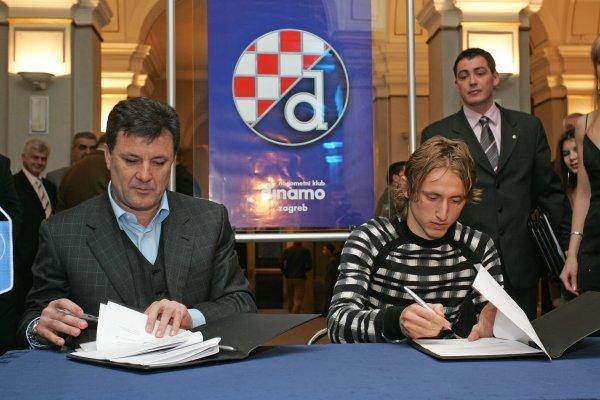 Zdravko Mamić i Luka Modrić 2005. godine prilikom potpisivanja ugovora za Dinamo