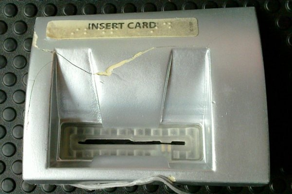 Ubirač smješten u bankomat izgleda kao klasični utor za bankomat, no pukotine i ljepljiva podloga koju je moguće ukloniti rukama govore kako je po bankomatu itekako 'petljano'