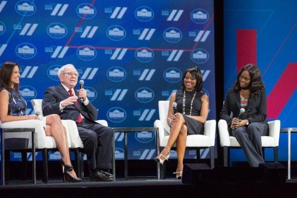 Warren Buffett je 2016.  u Bijeloj kući razgovarao na temu investrianja u žene, a s njim su bile Dina Habib Powell (Impact Investing Business, Goldman Sachs), Carla Walker-Miller (Walker-Miller Energy Services) i Ayo Megbope (No Left Overs Nigeria)