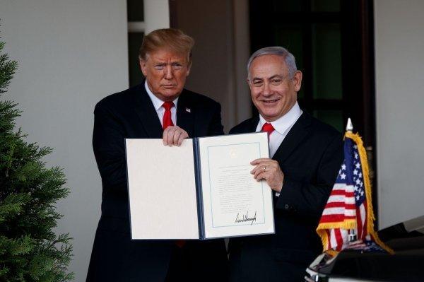 Trump i Netanyahu poziraju s potpisanim dekretom o priznanju Golanske visoravni kao sastavnog dijela Izraela